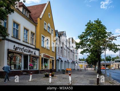 Oberhofer Weg Street view of Shops and old apartment buildings  in  Lichterfelde-Berlin - Stock Image
