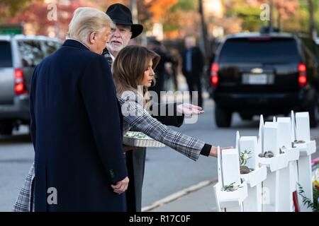 U.S first lady Melania Trump, place a white rose on the memorial of those killed at the Tree of Life Synagogue as President Donald Trump and Rabbi Jeffrey Myers, right, look on October 30, 2018 in Pittsburgh, Pennsylvania. - Stock Image