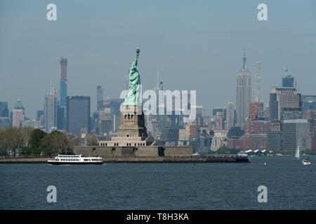The Statue of Liberty on Liberty Island is a focal point of New York Harbor. - Stock Image