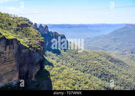 View of Jamison Valley and the 'Three Sisters' seen from a lookout near Prince Henry Cliff Walk, Blue Mountains National Park, NSW, Australia. - Stock Image