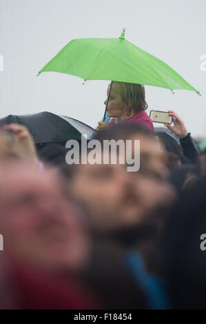 Portsmouth, UK. 29th August 2015. Victorious Festival - Saturday. A small child is hoisted onto shoulders for a - Stock Image