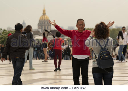 France, Paris, 2019 -04, Tourists pose on the Trocadero esplanade in front of the Sacré-Cœur Basilica in early spring. - Stock Image