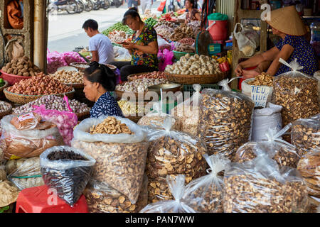 Street stall in Hanoi, North Vietnam, selling fruits, vegetables and nuts. - Stock Image