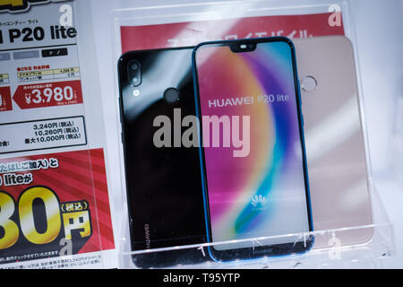 China's technology company Huawei smartphone Huawei are displayed inside a shop in Shinjuku area on May 17, 2019 in Tokyo Japan. USA President signed an executive order on May 16 to ban China's Huawei. May 17, 2019 Credit: Nicolas Datiche/AFLO/Alamy Live News - Stock Image