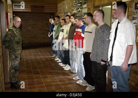 (dpa) - Conscipts in civilian clothes report for dressing at the Knuell barracks in Schwarzenborn, Germany, 4 April - Stock Image