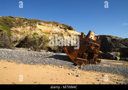 Wrecked, broken and destroyed old towboat at an cliff isolated beach near Vila Nova de Milfontes. Stern view. Portugal. - Stock Image