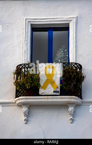 They yellow ribbon is the sign by Supporters seeking Catalonia's independence from Spain . - Stock Image