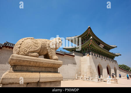 Komainu statue at the entrance to Gyeonghoeru Palace in Seoul, South Korea. - Stock Image