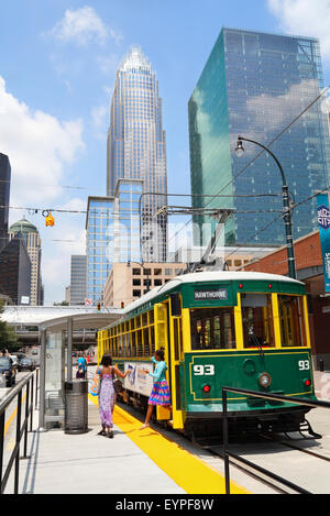 Charlotte, North Carolina. City Lynx Gold Line. People getting off the street car in Uptown. - Stock Image