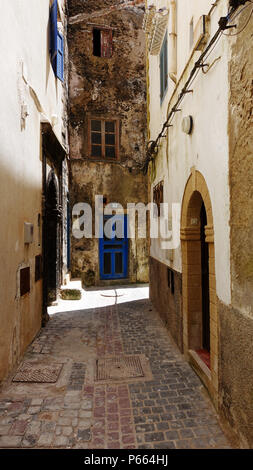 A quiet street in the ancient Moroccan town of Essaouira inside the Medina. - Stock Image