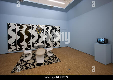 Verner Panton, 1960s dining room furniture and home accessories produced by Vitra (chair, op art carpet, and tapestry), - Stock Image