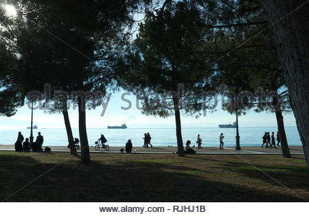 People relax by the waterfront in the city of Thessaloniki. Thessaloniki, Central Macedonia, Greece. - Stock Image
