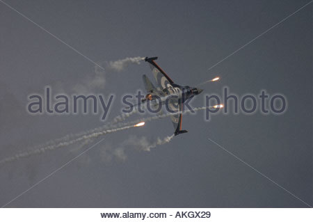 General Dynamics F 16AM Fighting Falcon Rivolto firing flares Italia Air show 2005 Netherlands Air Force - Stock Image