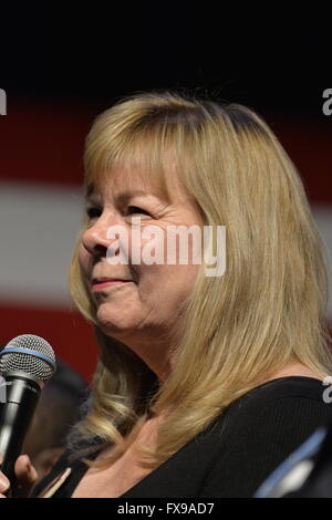 Port Washington, New York, USA. 11th April 2016. SANDY PHILLIPS, who lost her daughter in Aurora shooting, shares - Stock Image