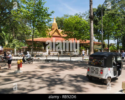 Preah Ang Chek Preah Ang Chorm shrine contains two gold Buddhas of the above named people in one of main Streets of Siem Reap resort town in northwest - Stock Image