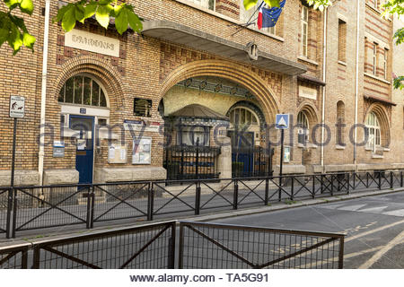 France, Paris, 15eme, 2019-04, Ecole Rouelle, Mixed school built by Louis Bernard Bonnier in 1912,  The concrete structure is entirely dressed in bric - Stock Image