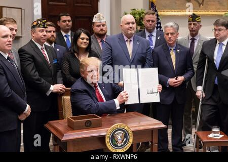 U.S President Donald Trump signs an executive order calling for the Prevents Initiative in the Roosevelt Room of the White House March 5, 2019 in Washington, DC. The initiative calls for a National Roadmap to Empower Veterans and End a National Tragedy of Suicide. - Stock Image