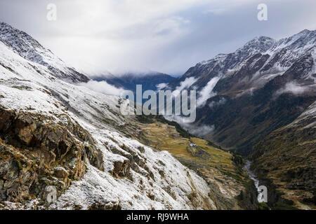 Österreich, Tirol, Stubaier Alpen, Neustift, Oberbergtal, Blick ins Oberbergtal im Herbst - Stock Image