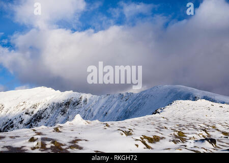 View to Mt Snowdon summit from Rhyd Ddu path route in winter snow in mountains of Snowdonia National Park. Gwynedd, North Wales, UK, Britain - Stock Image