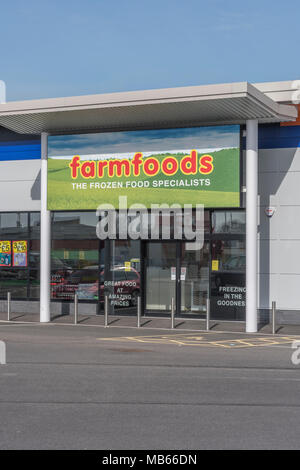 Out of Town Shop / store exterior of successful UK retailer Farmfoods at Bodmin, Cornwall. Specialises in frozen foods. Death of the High Street idea. - Stock Image