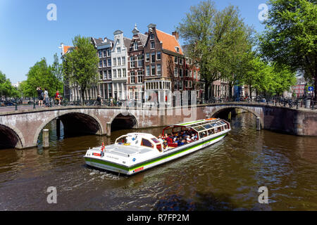 Tourist cruise boat on the Keizersgracht canal in Amsterdam, Netherlands - Stock Image