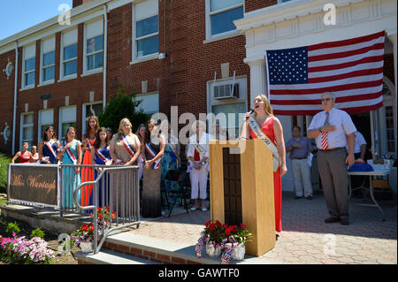 Wantagh, New York, USA. July 4, 2016.  KAYLA KNIGHT, Miss Wantagh 2014, sings God Bless America, with Hon. CHRISTOPHER - Stock Image