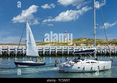 Sailboats / yachts sailing past the wooden jetty at Nieuport / Nieuwpoort, seaside resort along the North Sea coast, West Flanders, Belgium - Stock Image