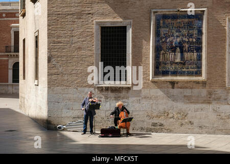 Street performers playing music in Plaza Decimo Junio Bruto, part of the old historical centre, North Ciutat Vella district, Valencia, Spain. - Stock Image