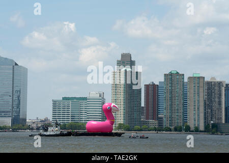 """The tugboat, """"Susan Miller,"""" pushed a six-story tall, inflated, pink flamingo on a barge up the Hudson River. It was an advertisement for Pepsi Cola.  - Stock Image"""
