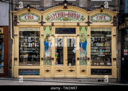 A Pérola do Bolhão is a traditional grocery store in Porto, Portugal with an Art Noveau shopfront. - Stock Image