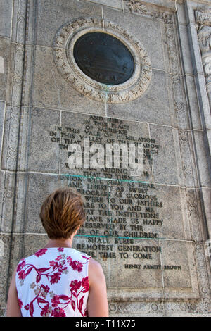 "A woman reads the inscription on the National Memorial Arch, dedicated 'to the officers and soldiers of the Continental Army 1777-1778,"" at Valley For - Stock Image"