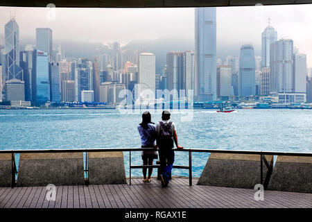 Tourist in Victoria Harbour watching the Hong Kong Skyline, Hong Kong, China - Stock Image