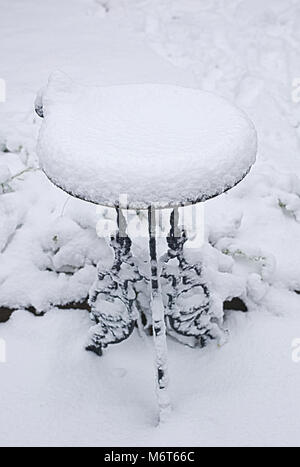 Bird bath covered in snow - Stock Image