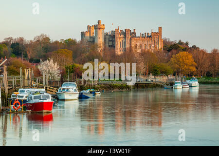 Sunrise on river Arun in Arundel, West Sussex, England. Arundel Castle in the background. - Stock Image