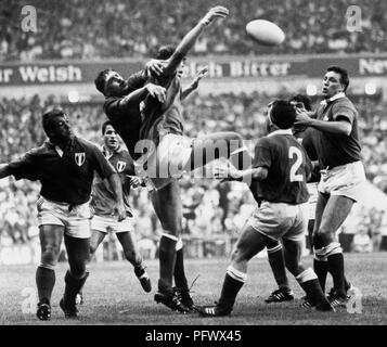 Wales 9 v France 22 in Cardiff. Phil Davies battles for lineout ball with Laurent Cabannes, Kevin Moseley to right - Stock Image