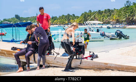 SUBA enthusiasts prepare to dive on the Mesoamerican Barrier Reef off West Bay Roatan Honduras. - Stock Image