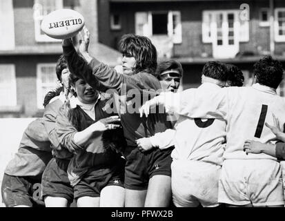 Women's Rugby World Cup Final 1991. England 6 v USA 19. USA's Jan Rutkowski winning the ball at the lineout. - Stock Image