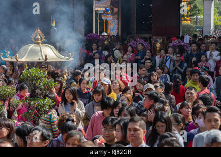 Taipei, Taiwan, Feb. 5, 2019: Smoke spreads around Longshan Temple in Taipei on Tuesday, Lunar New Year's Day, as visitors burn incense and pray as they welcome the arrival of the Year of the Pig. Credit: Perry Svensson/Alamy Live News - Stock Image