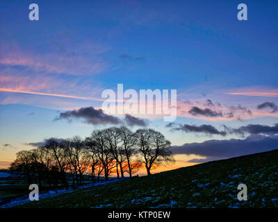 Moat Low, Derbyshire. 28th Dec, 2017. UK Weather: Near Moat Low Derbyshire spectacular sunset over the snow capped - Stock Image