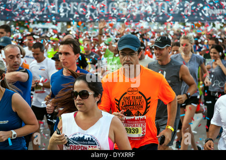 Throng of men and women runners crowd together at start of 2014 Mercedes-Benz Corporate Run in Miami, Florida, USA. - Stock Image