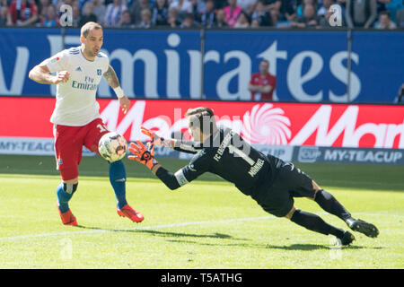 Pierre-Michel LASOGGA (left, HH) has the last great goal chance versus goalkeeper Martin MAENNEL (Mnnel, AUE), action, duels, chance, opportunity, opportunity, Soccer 2. Bundesliga, 30. matchday, HSV Hamburg Hamburg Hamburg (HH) - FC Erzgebirge Aue (AUE), on Apr 20, 1919 in Hamburg/Germany. ¬ | usage worldwide - Stock Image