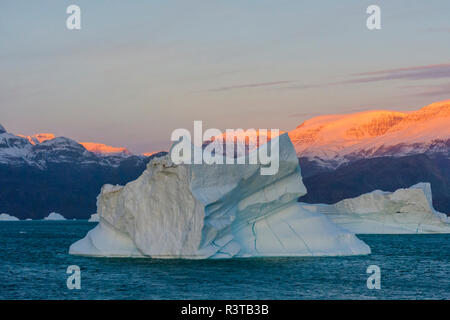 Greenland. Scoresby Sund. Gasefjord. Sunrise on the mountains with icebergs. - Stock Image