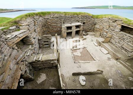 Skara Brae Stone Age Neolithic village at Skaill, Orkney, Scotland. Interior, box beds, hearth and dresser 3100 - Stock Image