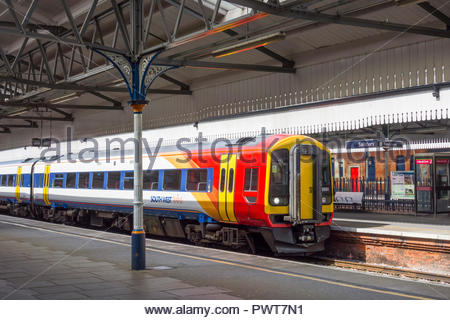 South West Trains Class 158 (158881) diesel multiple unit beside platform canopy with cast iron supports at Salisbury Station, Wiltshire, England, UK. - Stock Image