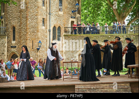 Actors and actresses performing  the death of Anne Boleyn in front of tourists in the Tower of London - Stock Image