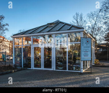 Berlin Wilmersdorf. Flora Wunder florist selling flowers in small glasshouse building - Stock Image