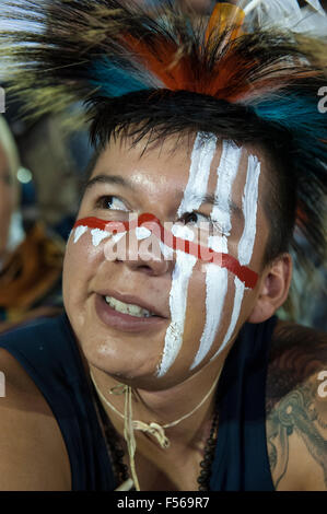 Palmas, Brazil. 27th Oct, 2015. A Native American contestant from the USA with white and red face paint  prepares - Stock Image