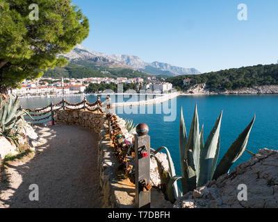 Love keylocks and calm blue sea in Makarska landscape - Stock Image