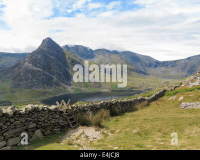 View to Llyn Ogwen lake with Mount Tryfan and Glyderau above Ogwen Valley from path to Carneddau in Snowdonia North - Stock Image