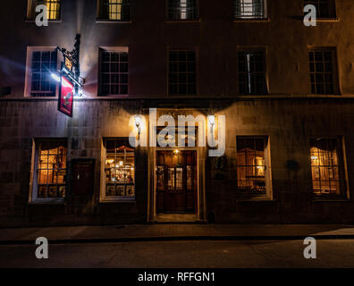 A famous Victorian pub in Cambridge town center floodlit at night - Stock Image